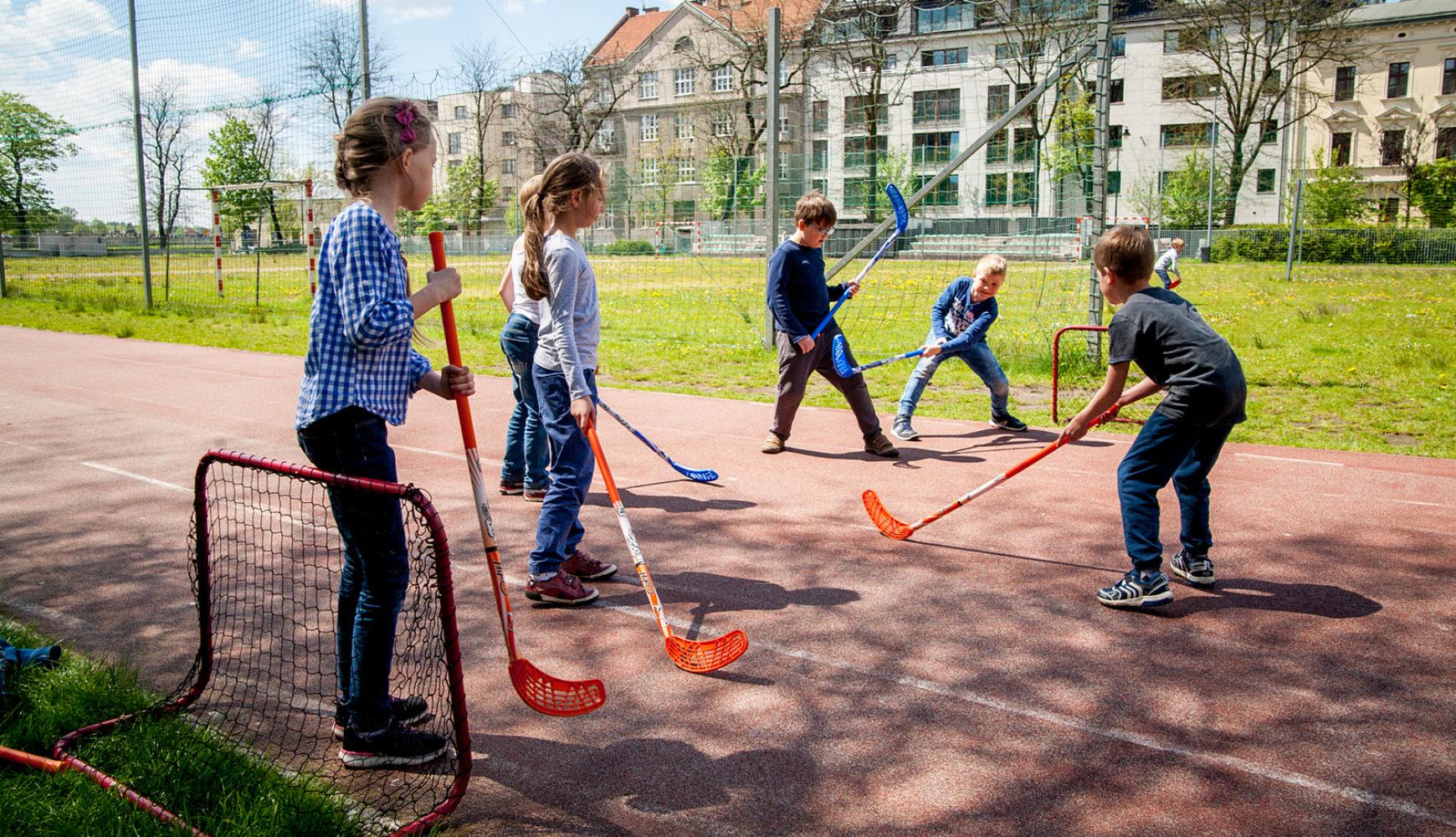 Zajęcia sportowe nastadionie MOS dla szkół biorących udział wlekcjach łyżwiarstwa